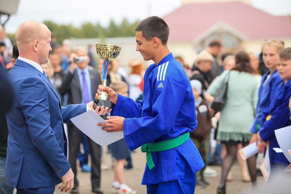 Кубок команде-победительнице вручает директор спортивной школы Алексей Гусев.