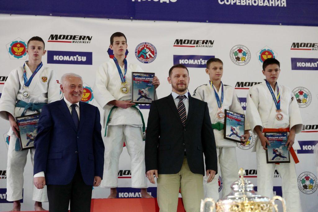 Награждение проводят Владимир Печеный и Евгений Кулдин